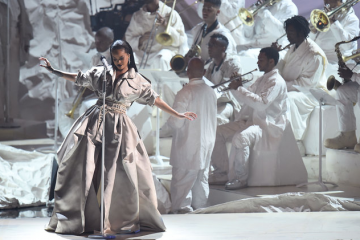 rihanna-mtv-vmas-show-performance-2016-billboard-1548